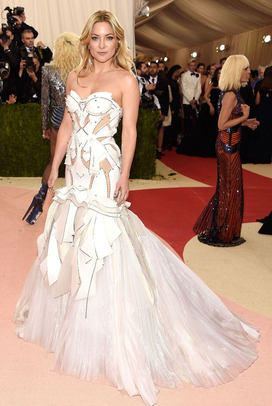 Kate Hudson in Atelier Versace 2016
